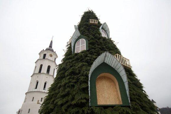 Dar neįžiebta Vilniaus eglutė užkliuvo internautams, tačiau kūrėjai džiūgauja