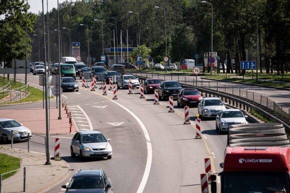Judrioje sostinės gatvėje apribojus eismą pasipylė skundai: ženklai įrengti – kelio darbai nevyksta