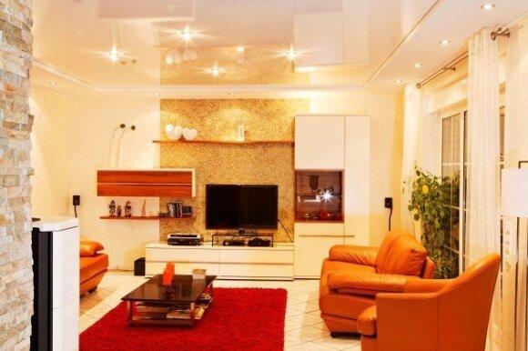 Sparčiai populiarėjančios įtempiamos lubos: kas slepiasi už mažos kainos?