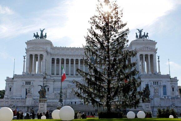 Romoje liūdnai pagarsėjusi Kalėdų eglutė tapo turistų traukos objektu