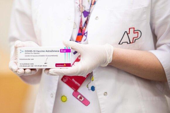 """Lietuvoje """"AstraZeneca"""" vakcina toliau skiepys visus: pasakė, į kokius simptomus paskiepytiems atkreipti dėmesį"""