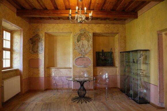Muziejaus sienas puošia infulatų portretinės freskos