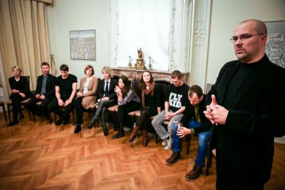 """Po spektaklio """"Lietaus žemė"""" režisierius Aidas Giniotis ir aktoriai bendravo su žiūrovais / Mindaugo Mikulėno nuotr."""