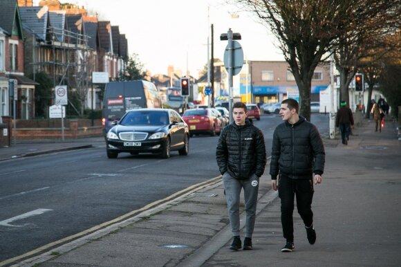 Mažoji Lietuva Anglijoje: pūsles ir varginantį darbą kenčia dėl 220 svarų per 3 dienas