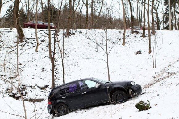 Kaip vairuoti žiemą, kad kelionė nesibaigtų griovyje