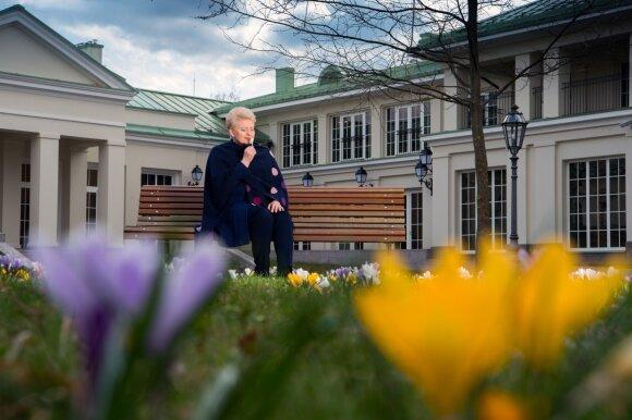 2017 04 05. Lietuvos Respublikos Prezidentė Dalia Grybauskaitė Prezidento rūmų sode