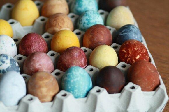 Beatos pamokėlė: kiaušinių marginimas dažais iš gamtos