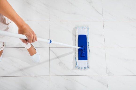 Kaip teisingai valyti plytelėmis klotas grindis?