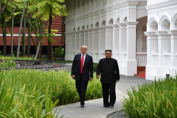 Kim Jong Unas ir Donaldas Trumpas po pietų išėjo pasivaikščioti
