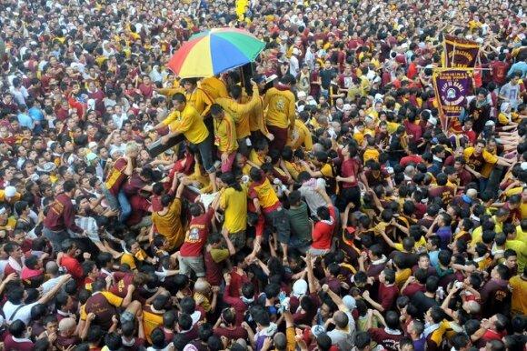Filipinų sostinėje basi maldininkai užplūdo gatves