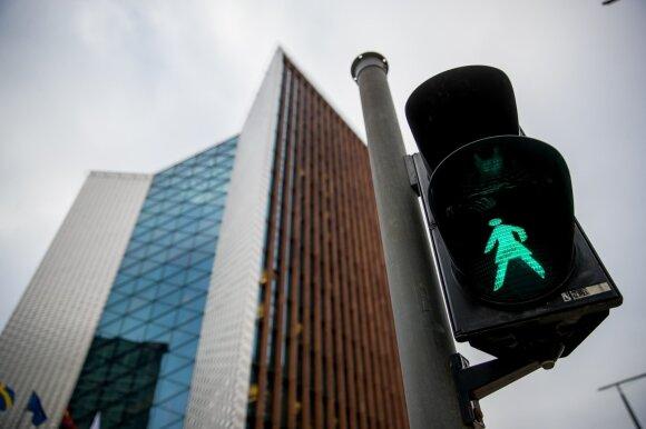 Lentelių su žaliomis rodyklėmis gatvėse nebeliks, bet vairuotojus ramina – turi du sprendimus
