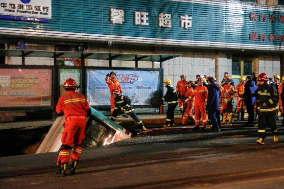 Kinijoje į atsivėrusią didžiulę duobę nugarmėjo autobusas, žuvo šeši žmonės