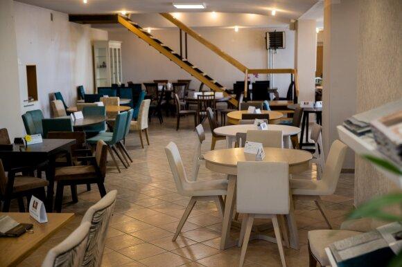 Šeimos verslas Rumšiškėse pajautė pašalpų poveikį: darbuotojų dairosi užsienyje, klientai baldų laukia 2–3 mėnesius