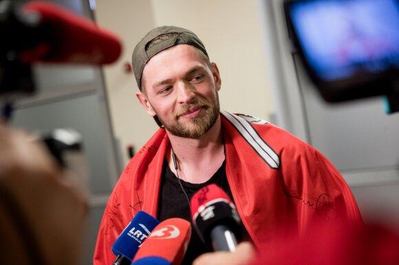 """Per plauką nuo """"Eurovizijos"""" finalo likęs Jurijus grįžo į Lietuvą: tai sužinojęs kambaryje pradėjau isteriškai juoktis"""