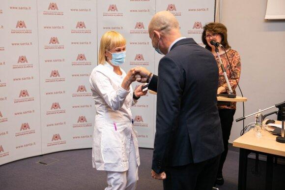 Apdovanojimą už darbą karščiausiame COVID-19 taške atsiėmęs gydytojas: ateina antra banga