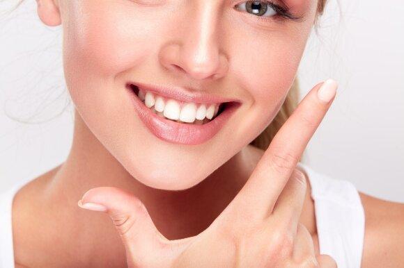Gydytoja išsamiai apie dantų pastas: kas iki šiol buvo nutylima ir ką reiškia spalvotos juostelės ant tūbelių?