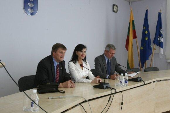 H. Šiaudinis (kairėje), D. Matonienė ir V. Serbenta
