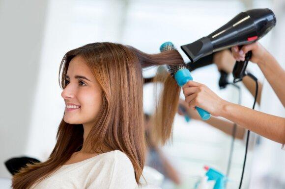 Plaukų stilistas apie karščio prietaisų šalutinį poveikį plaukams: jiems atsistatyti reikia 1–2 metų