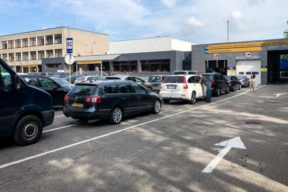 Automobilių pirkėjai valstybei sunešė 8 mln. eurų: kas septintas mokesčio išvengė