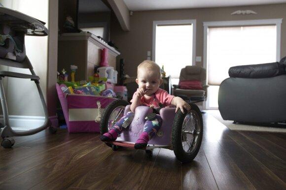 Išgirdę diagnozę, kad jų dukrytė nevaikščios, tėvai šį tą sugalvojo