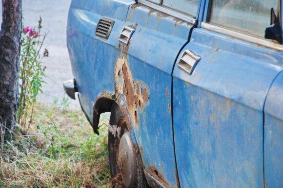 Rūdys, surudijes automobilis