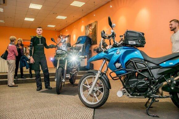 Motociklininkų pora išvyko į kelionę aplink pasaulį