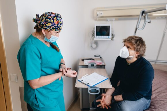 Benediktas Vanagas ir gydytoja anesteziologė Jelena Mikučioninė prieš operaciją.