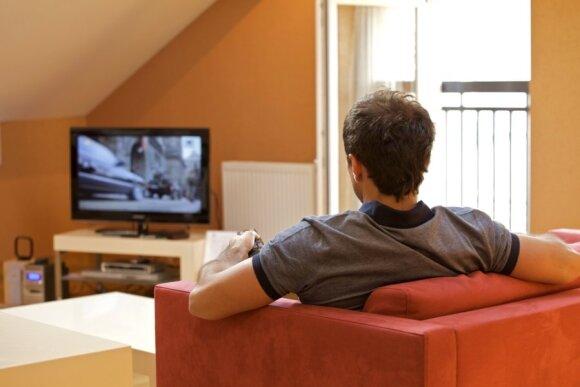 Vyras žiūri televizorių