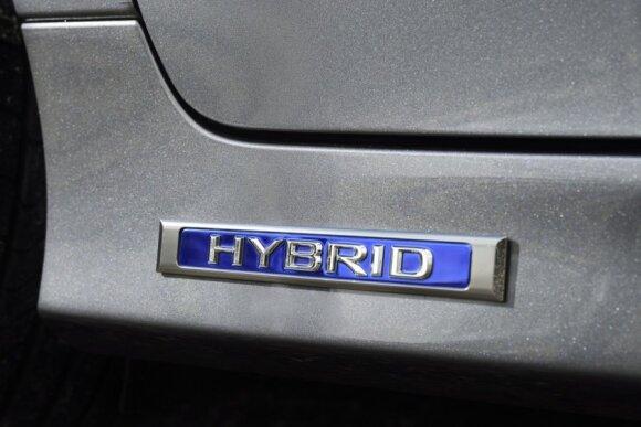 Naujasis hibridinių automobilių žymėjimas: kol vieni piktinasi, kiti – naudojasi privilegijomis