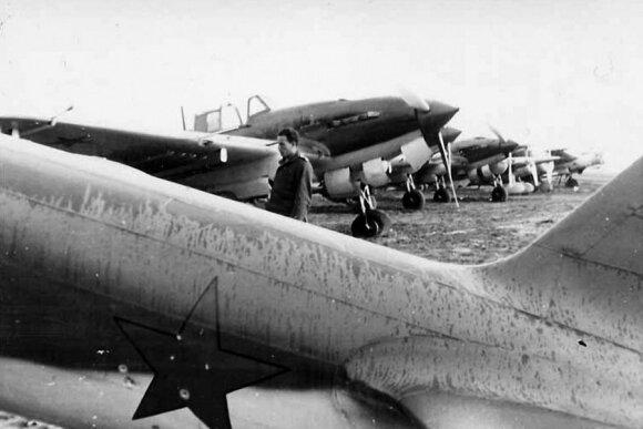 """31-ojo NAP lėktuvai Il-2 palikti Vilniaus aerodrome. 1941 m. birželis., leidyklos """"Briedis"""" nuotr."""