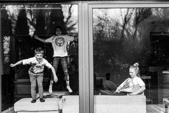 Parodė, kaip lietuviai leidžia dienas karantine ir kokios nuotaikos vyrauja jų namuose