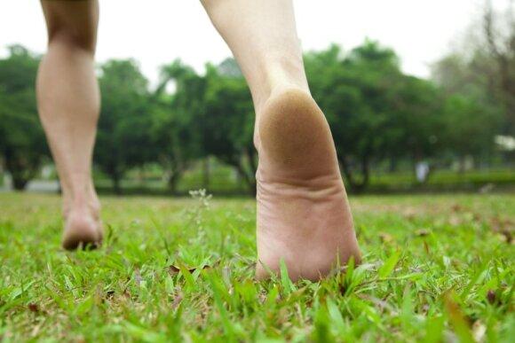 Bėgiojimas basomis, bėga basa, basas, be batų, bėgiojimas pievoje