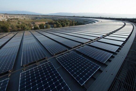 """""""Apple"""" naujoji """"Cupertino"""" būstinė aprūpinta 100 proc. atsinaujinančia energija. Dalį reikalingos energijos užtikrina ant stogo esanti 17 MW galios saulės jėgainė"""