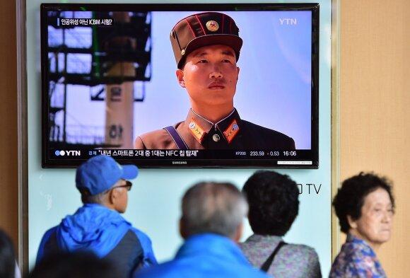 Pietų korėjiečiai Seule stebi reportažą apie kaimynę šiaurėje