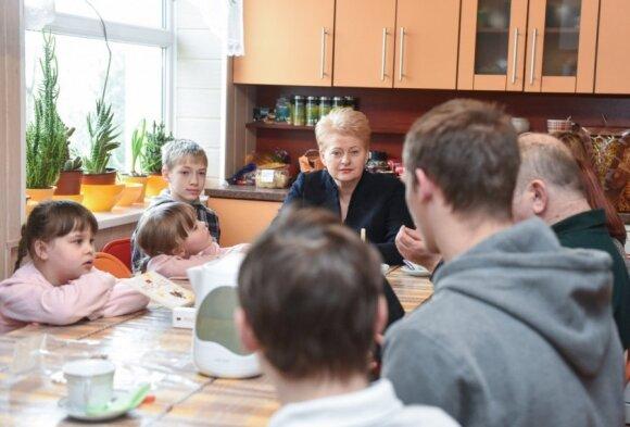 Prezidentė lankėsi Molėtuose Svetlanos ir Sauliaus Lesinskų šeimynoje, auginančioje devynis globojamus vaikus
