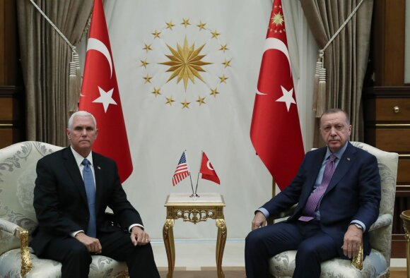 Mike'as Pence'as  susitinka su Recepu Tayyipu Erdoganu
