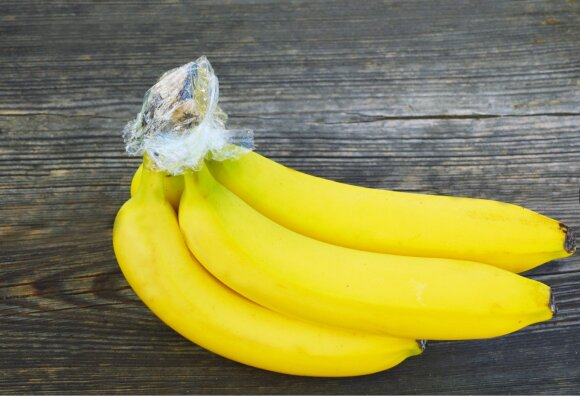 Jei norite, kad bananai kuo ilgiau išliktų švieži, apvyniokite jų kotelius.