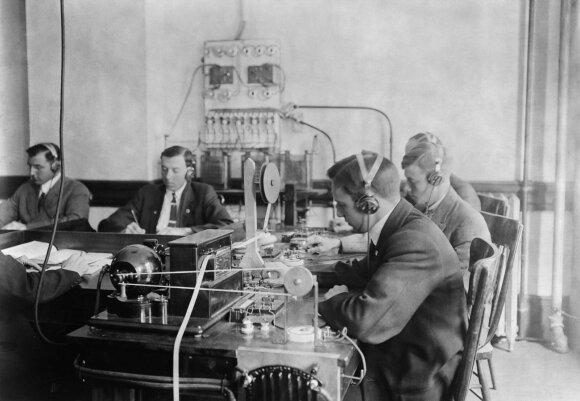 Studentai praktikuojasi dirbti su telegrafu