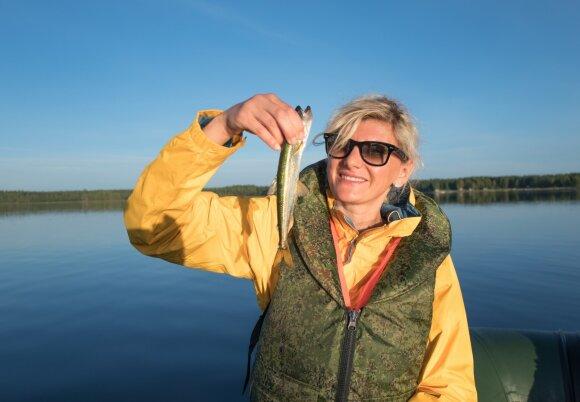 Žvejė, laikanti stintą