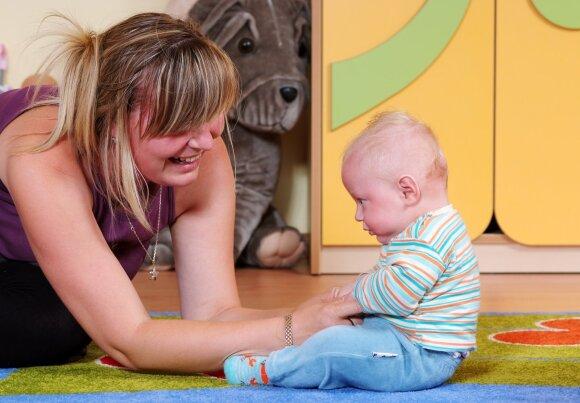 Vos savarankiškai nusėdinčius mažylius mamos jau veda į žaidimų ir ugdymo kambarius.