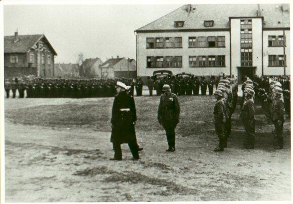 Mėmelyje Antrojo pasaulinio karo metais buvo ruošiami povandeninio laivyno jūrininkai. Jūrininkų rikiuotė dabartinės Klaipėdos valstybinės kolegijos Sveikatos mokslų fakulteto kieme. Nuotrauka iš A. Barkausko kolekcijos