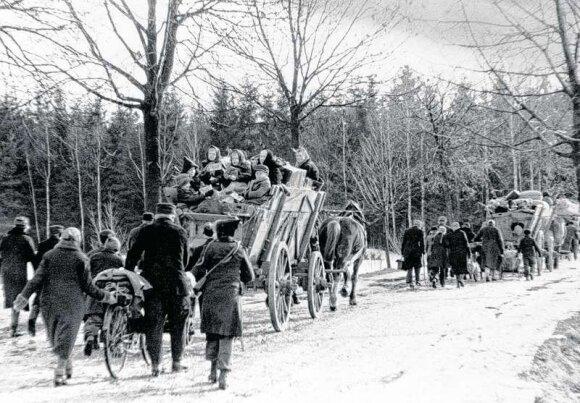 Apledėjusiais keliais žmonės traukėsi tolyn nuo sovietų kariuomenės (Rytprūsiai).