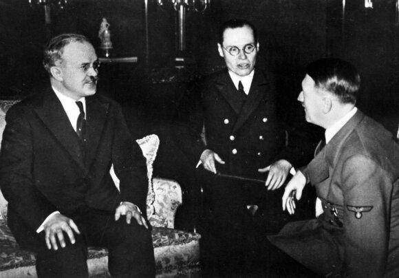 Viačeslavas Molotovas (kairėje) ir Adolfas Hitleris (dešinėje)