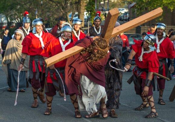 Keisčiausios Velykų tradicijos: nuo margučių mūšio iki savęs nuplakimo ir nukryžiavimo