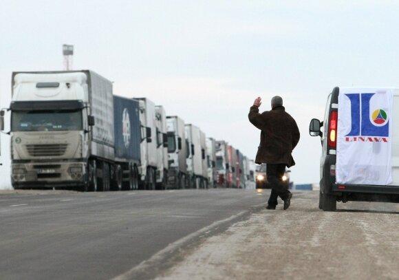 Lietuvos vežėjai įstrigo eilėse Latvijos Rusijos pasienyje. K.Vanago nuotr.