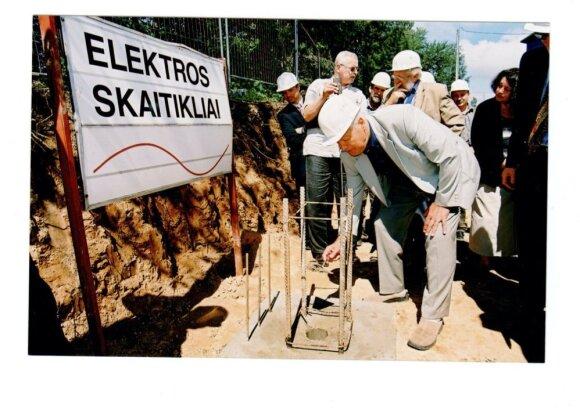 Elektroninių elektros energijos skaitiklių antro korpuso statybos pradžia 1998 m.,  Įmonės valdybos Pirmininkas Leonas Ašmantas, už jo – ekonomikos ministras V.Babilius (su šalmu)