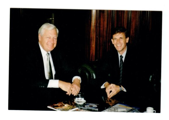 Pasaulio Energetikos Tarybos Kongrese Buenos Airės 2001 spalio 1 d. L. Ašmanto sutiktas lietuvių kilmės Argentinos energetikos ministras inž. Alejandro Sruoga