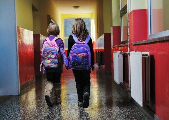 """Dėl patyčių mokykloje kaltina tėvus: štai ką gali žodis """"žioplys"""""""