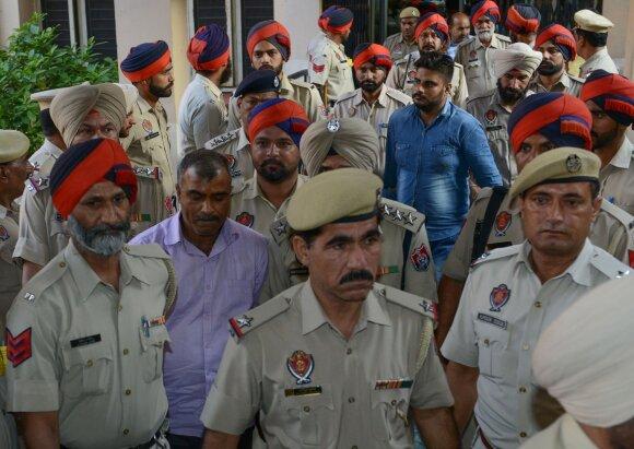 Policija išveda nuteistuosius Surenderą Vermą ir Deepaką Khajurią