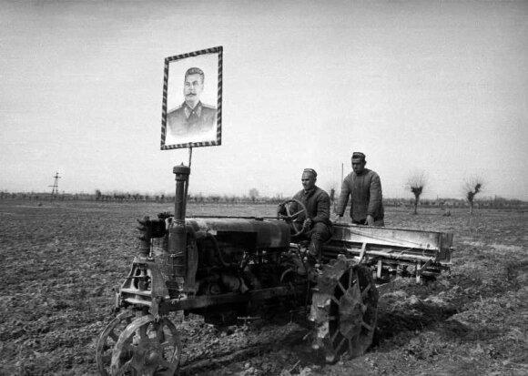 """Su Stalino atvaizdu į šviesų rytojų. """"Kolektyvizuoti"""" Sovietų Sąjungos valstiečiai."""